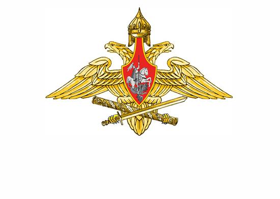 Средняя эмблема – изображение золотого двуглавого орла с распростертыми крыльями, держащего в правой лапе золотой меч, а в левой – золотой маршальский жезл; на груди орла – красный, треугольный, вытянутый книзу щит со штоком, восходящим к золотому шлему; в поле щита – всадник, поражающий копьем дракона.
