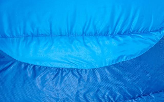 Два типа ткани. Светлая - дышащая ткань, выводит влагу изнутри спальника. Темная - усиленная ткань с влагозащитой. Комфортный трекинговый спальник Alexika Forester Compact