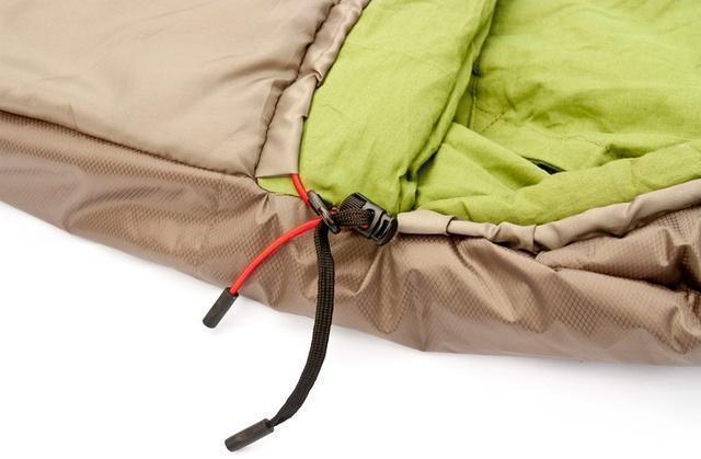 Затяжки капюшона - плоский шнур затягивает верх, а круглый низ. Разная форма позволяет определить нужную затяжку на ощупь. Лучший выбор для кемпинга в тёплые летние ночи Alexika Summer Plus