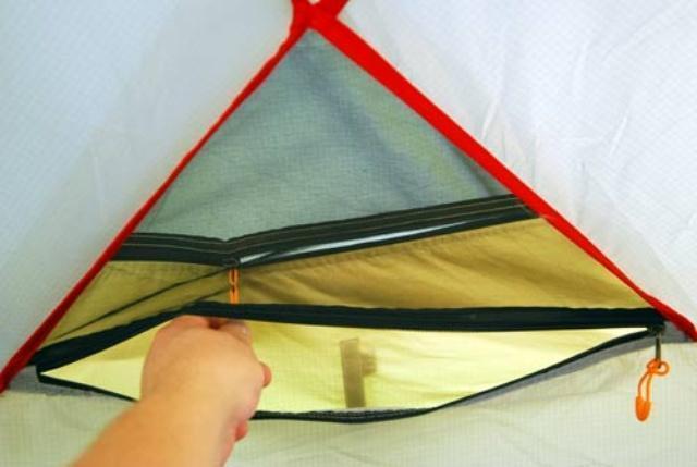Регулировка внешнего вентиляционного окна из внутренней палатки Регулировка внешнего вентиляционного окна из внутренней палатки Четырехместная кемпинговая палатка с большим тамбуром Alexika Nevada 4 зеленый
