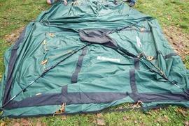 Аккуратно продеть дуги в рукава на тенте Четырехместная кемпинговая палатка с большим тамбуром. Alexika Nevada 4