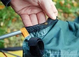 Вставить дугу тамбура в рукав внешнего тента Двухместная туристическая палатка с повышенной ветроустойчивостью. Alexika Nakra 2