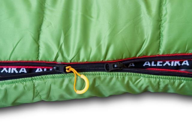 Второй бегунок позволяет расстегивать молнию в области ног для дополнительной вентиляции. Облегчённый спальник на средние температуры Alexika West