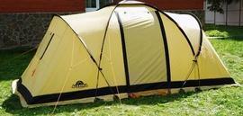 Застегнуть все молнии и растянуть оттяжки Четырехместная кемпинговая палатка с двумя спальнями и тамбуром посередине. Alexika Indiana 4