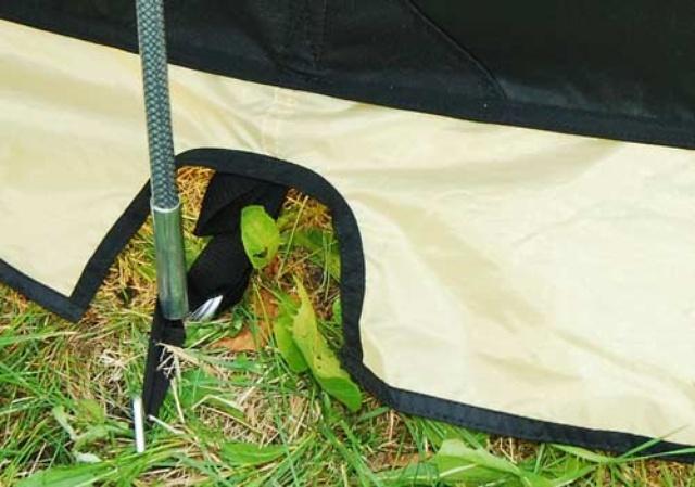 Край юбки обшит прочной стропой Край юбки обшит прочной стропой Четырехместная кемпинговая палатка с двумя спальнями и тамбуром посередине Alexika Indiana 4 беж