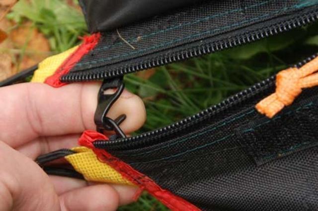 Крючок-фиксатор снижает нагрузку на застегнутую молнию тента Крючок-фиксатор снижает нагрузку на застегнутую молнию тента Легкая двухместная туристическая палатка Alexika Freedom 2 зеленый