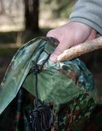 Верхнюю часть стойки вставить в усиленный карман Лёгкая двухместная палатка. Tengu Mark 31T