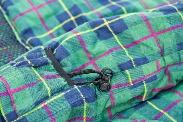 Затяжка теплового воротника и карман для шнура (позволяет спрятать затяжку и избежать того, что шнур ляжет на лицо) Самый популярный трехсезонный спальник-одеяло для комфортного сна даже в заморозки Alexika Tundra Plus