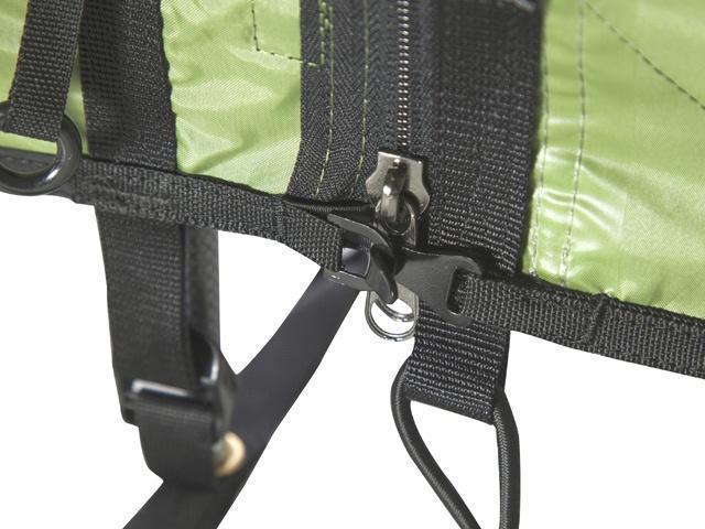Крючок-фиксатор предотвращает повреждение молнии при сильной нагрузке на тент Крючок-фиксатор предотвращает повреждение молнии при сильной нагрузке на тент Трехместная туристическая палатка-полубочка с большим тамбуром KSL Half Roll 3 зеленый