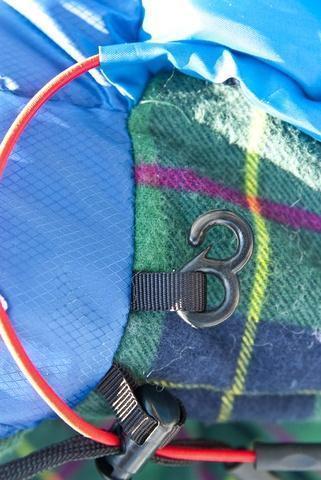Затяжки капюшона фиксируются крючком на внешней стороне спального мешка, чтобы при перевороте на бок шнуры не ложились на лицо. Самый популярный трехсезонный спальник-одеяло для комфортного сна даже в заморозки Alexika Tundra Plus