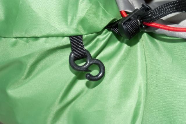 Пластиковый крючок фиксирует затяжку на внешней стороне капюшона. Облегчённый спальник на средние температуры Alexika West