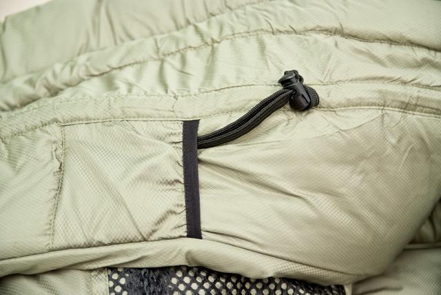 Затяжка теплового воротника и карман для шнура (позволяет спрятать затяжку и избежать того, что шнур ляжет на лицо). Уникальный низкотемпературный спальник-одеяло с большим объемом утеплителя Tengu Mark 73SB
