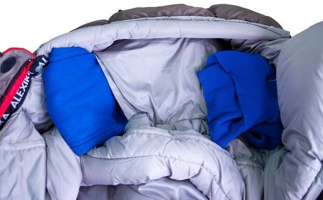 На подголовнике два отверстия для подушки. Просто втяните куртку, или свитер в отделение и получится подушка, которая не съезжает. Спальный мешок для зимнего туризма Alexika Iceland