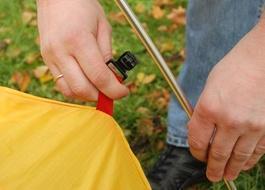 Поднять дуги и закрепить на них тент крючками Двухместная туристическая палатка с повышенной ветроустойчивостью. Alexika Nakra 2