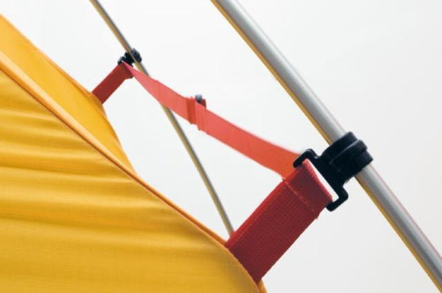 Стропа не дает тенту соприкоснуться с внутренней палаткой в сильный дождь и ветер Стропа не дает тенту соприкоснуться с внутренней палаткой в сильный дождь и ветер Двухместная туристическая палатка с повышенной ветроустойчивостью Alexika Nakra 2 зеленый
