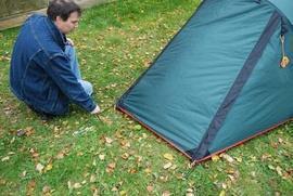 Растянуть тамбур и зафиксировать колышками Двухместная туристическая палатка с повышенной ветроустойчивостью. Alexika Nakra 2