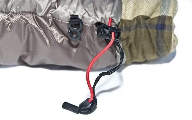 Затяжки - плоский шнур затягивает верх, а круглый низ. Разная форма позволяет определить нужную затяжку на ощупь. Спальник-одеяло шириной 1 метр для кемпинга и туризма Alexika Siberia Wide