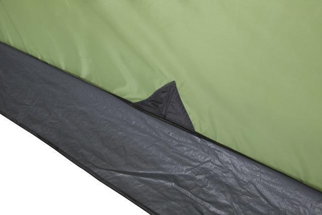 Юбка по периметру защищает от холода и ветра. Юбка по периметру защищает от холода и ветра. Кемпинговая палатка с большим тамбуром и тремя входами KSL Campo 4 Plus зеленый