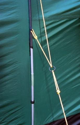 Двухточечная оттяжка с реверсивным кольцом обеспечивает равномерное натяжение тента Двухточечная оттяжка с реверсивным кольцом обеспечивает равномерное натяжение тента Четырехместная кемпинговая палатка с двумя спальнями и тамбуром посередине Alexika Indiana 4 беж