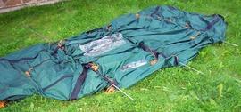 Продеть дуги в рукава на тенте-2 Четырехместная кемпинговая палатка-полубочка с большим тамбуром. Alexika Apollo 4