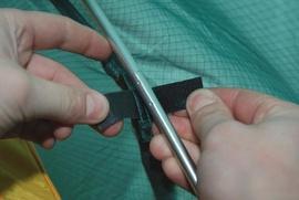 Закрепить внешний тент на внутренних дугах Двухместная туристическая палатка с повышенной ветроустойчивостью. Alexika Nakra 2