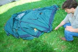 Закрепить тент колышками с одной стороны Четырехместная кемпинговая палатка-полубочка с большим тамбуром. Alexika Apollo 4