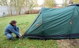 Вставить третью дугу, растянуть тамбур и зафиксировать колышками Четырехместная кемпинговая палатка с большим тамбуром. Alexika Nevada 4