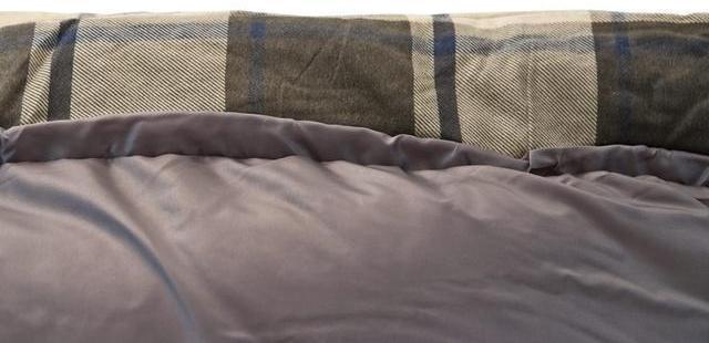 Широкая мягкая вставка вдоль верхней части спальника. Вы не касаетесь лицом жесткой внешней ткани. Спальник-одеяло шириной 1 метр для кемпинга и туризма Alexika Siberia Wide