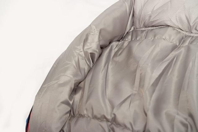 Молния защищена тепловой планкой, которая позволяет избежать соприкосновения с металлическими элементами молнии и теплопотерь через молнию. Комфортный трекинговый спальник Alexika Forester Compact