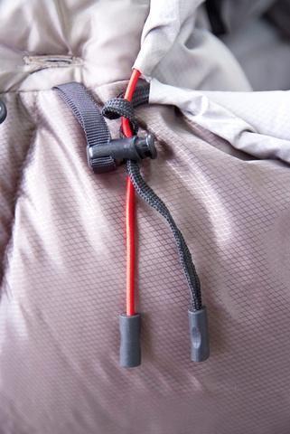 Шнуры затяжки смещены от края на 7 см и зафиксированы пластиковым крючком. Поэтому они не будут ложиться вам на лицо во время сна. Туристический спальный мешок для низких температур Alexika Aleut Compact