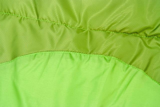 Два типа ткани. Светлая - дышащая ткань, выводит влагу изнутри спальника. Темная - усиленная ткань с влагозащитой. Спальник-одеяло для кемпинга и туризма Alexika Siberia