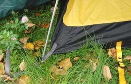 Вствить наконечники дуги в люверсы Двухместная туристическая палатка с повышенной ветроустойчивостью. Alexika Nakra 2