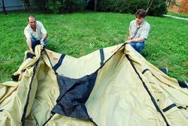 Натянуть на дуги центральный купол Четырехместная кемпинговая палатка с двумя спальнями и тамбуром посередине. Alexika Indiana 4