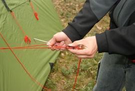 Застегнуть все молнии и растянуть оттяжки Кемпинговая палатка с большим тамбуром и тремя входами KSL Campo 4 Plus