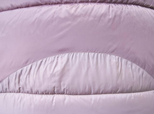 Два типа ткани. Светлая - дышащая ткань, выводит влагу изнутри спальника. Темная - усиленная ткань с влагозащитой. Спальный мешок для походов до конца осени и в начале зимы Alexika Nord