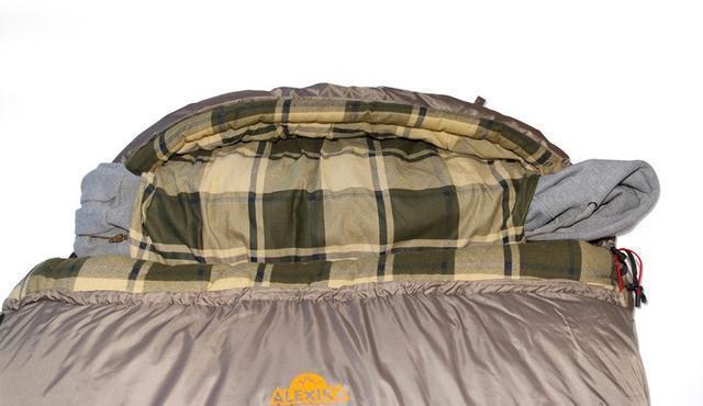 На подголовнике два отверстия для подушки. Просто втяните куртку, или свитер в отделение и получится подушка, которая не съезжает. Самый просторный, комфортный и теплый спальник для путешествий даже в сильные заморозки Alexika Tundra Plus XL