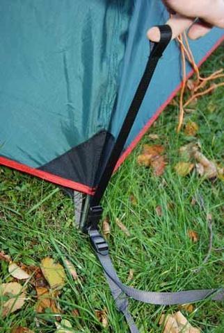 Система быстрой фиксации и регулировки натяжения тента Система быстрой фиксации и регулировки натяжения тента Универсальная двухместная туристическая палатка с двумя входами и двумя тамбурами Alexika Rondo 2 зеленый