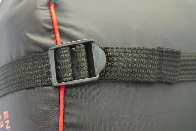 На мешке четыре ремня, утянув которые, вы можете уменьшить объем упакованного спальника. Самый популярный трехсезонный спальник-одеяло для комфортного сна даже в заморозки Alexika Tundra Plus
