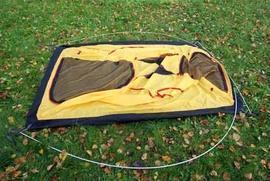 Вставить наконечники дуг в люверсы с 4-х сторон Двухместная туристическая палатка с повышенной ветроустойчивостью. Alexika Nakra 2