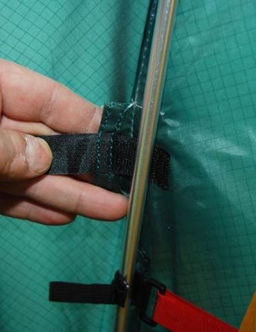 Тент фиксируется к дуге липучкой Velcro Тент фиксируется к дуге липучкой Velcro Двухместная туристическая палатка с повышенной ветроустойчивостью Alexika Nakra 2 зеленый