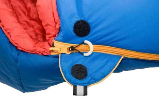 На треугольном клапане круглая липучка Velcro (квадратные отрываются по углам) и светоотражающий ярлык. Штурмовой спальник для летних восхождений Alexika Tibet Compact