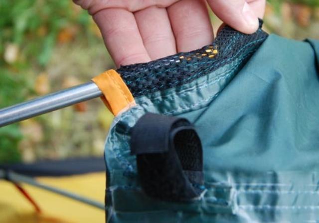 Соответствующие дуги и рукава тента имеют одинаковую цветовую маркировку Соответствующие дуги и рукава тента имеют одинаковую цветовую маркировку Двухместная туристическая палатка с повышенной ветроустойчивостью Alexika Nakra 2 зеленый