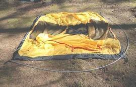 Вставить наконечники дуг в люверсы по углам палатки Универсальная двухместная туристическая палатка с двумя входами и двумя тамбурами. Alexika Rondo 2