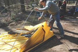 Установить дуги и закрепить тент при помощи крючков Универсальная двухместная туристическая палатка с двумя входами и двумя тамбурами. Alexika Rondo 2