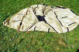 Приготовить дуги Четырехместная кемпинговая палатка с двумя спальнями и тамбуром посередине. Alexika Indiana 4