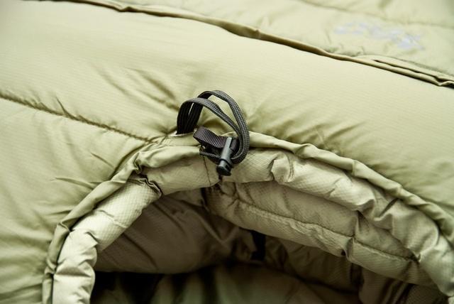 Затяжка на окне капюшона позволяет значительно уменьшить теплопотери. Уникальный низкотемпературный спальник-одеяло с большим объемом утеплителя Tengu Mark 73SB