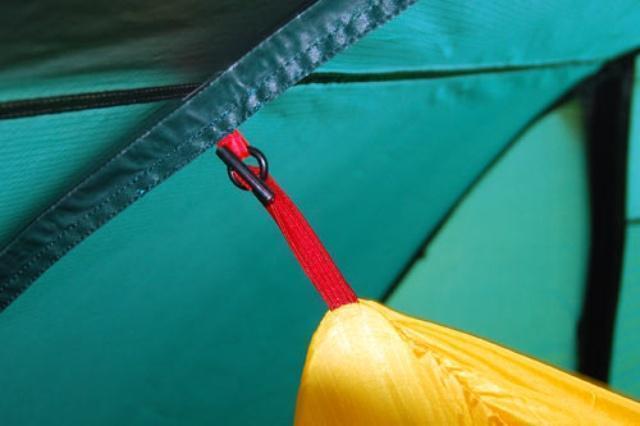 Петли на тенте и оттяжки внутренней палатки промаркированы одним цветом Петли на тенте и оттяжки внутренней палатки промаркированы одним цветом Четырехместная кемпинговая палатка-полубочка с большим тамбуром Alexika Apollo 4 зеленый