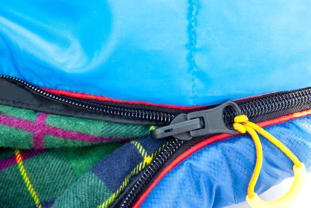 Комбинированная лента от закусывания ткани замком молнии. Самый популярный трехсезонный спальник-одеяло для комфортного сна даже в заморозки Alexika Tundra Plus
