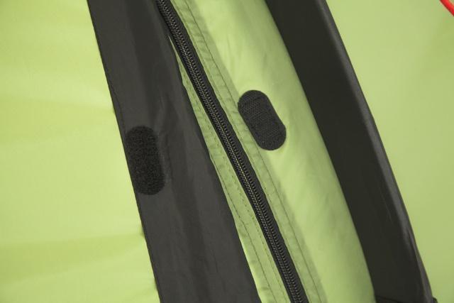 Клапан для защиты молнии. Вшит отдельным проклеенным швом, фиксируется липучкой Клапан для защиты молнии. Вшит отдельным проклеенным швом, фиксируется липучкой Трехместная туристическая палатка-полубочка с большим тамбуром KSL Half Roll 3 зеленый
