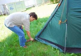 Закрепить тент с другой стороны Четырехместная кемпинговая палатка-полубочка с большим тамбуром. Alexika Apollo 4